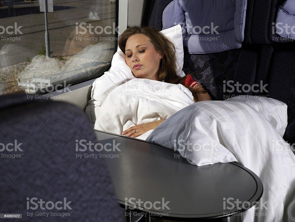 Femme endormie sur le train photo libre de droits