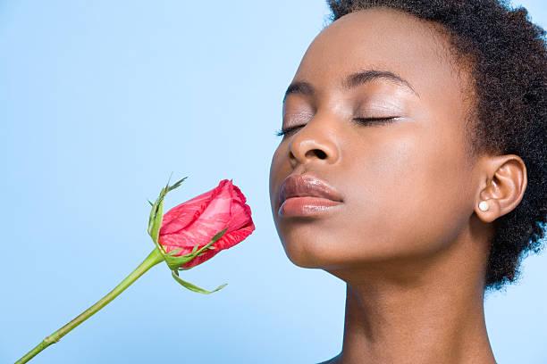 frau riechen eine rose - ohrringe rose stock-fotos und bilder
