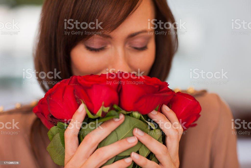 Femme, sentir les roses - Photo