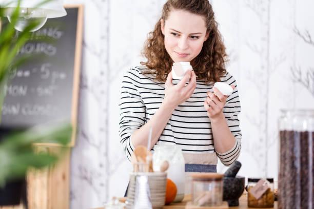 frau duftende seifen - makeup selbst gemacht stock-fotos und bilder