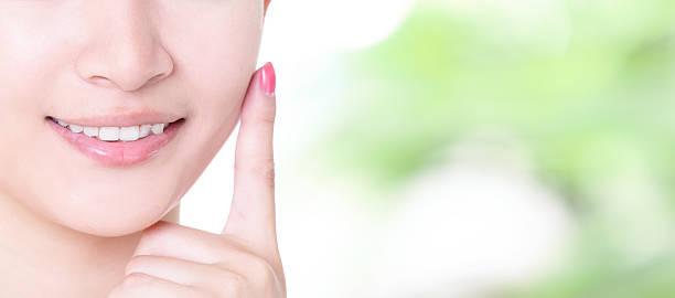 woman smile mouth with health teeth close up - menselijke mond stockfoto's en -beelden