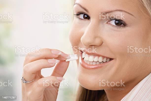 Schöne Frau Essen Kaugummi Stockfoto und mehr Bilder von Kaugummi