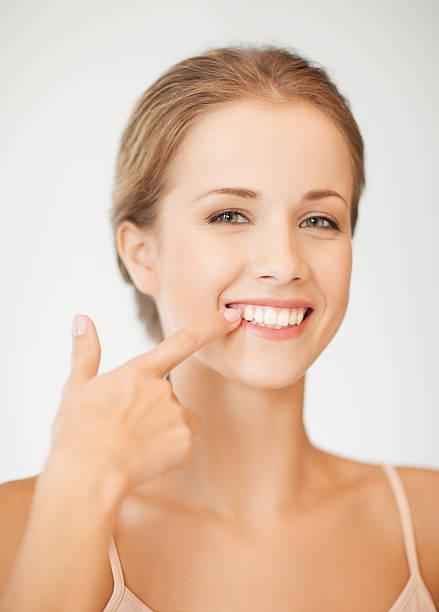 femme montrant ses dents - dents des animaux photos et images de collection