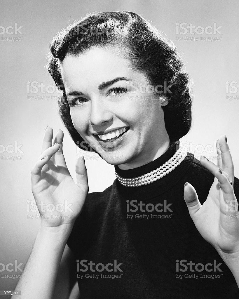 Mujer sonriente, mostrando manos foto de stock libre de derechos
