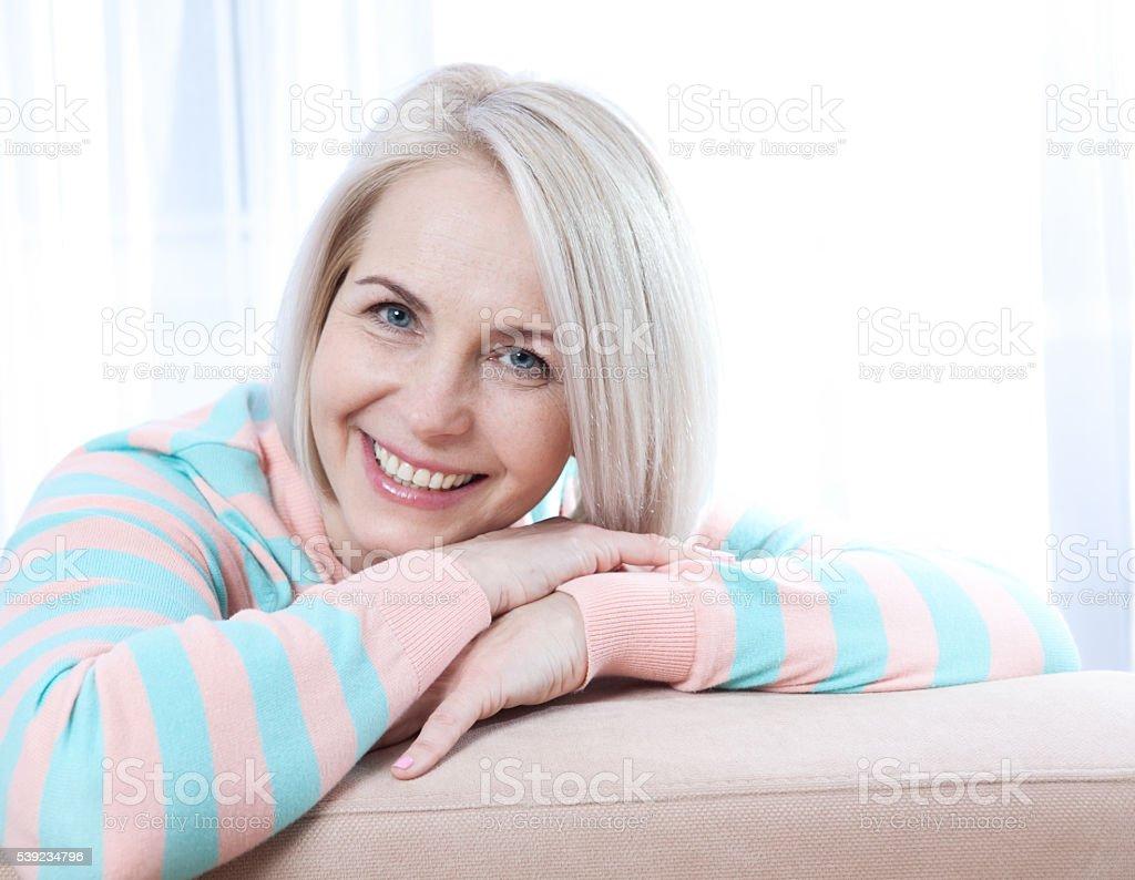 Mulher sorrindo e olhando para a câmera. foto royalty-free