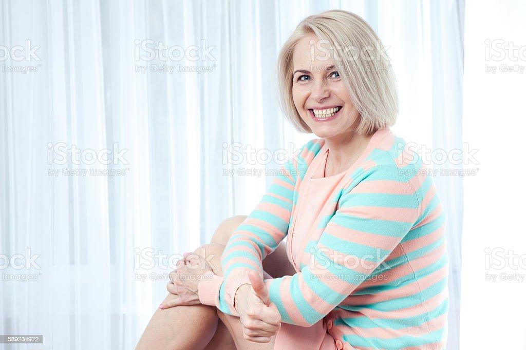 Mujer sonriendo y mirando a cámara y cordial. foto de stock libre de derechos