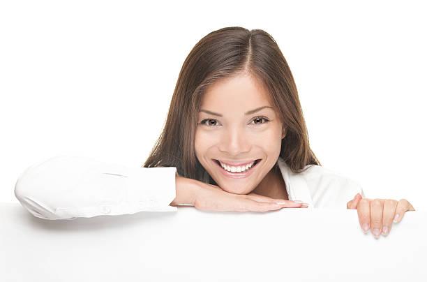 frau lächeln mit weißen leer billboard zeichen - sprüche ehrlichkeit stock-fotos und bilder