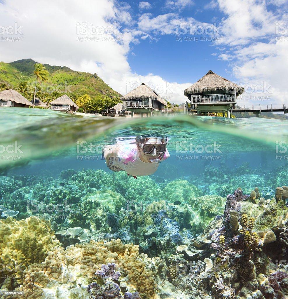 Mujer haciendo esnórquel en los arrecifes de coral - foto de stock