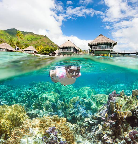 Femme plongée avec masque et tuba dans les récifs de corail - Photo