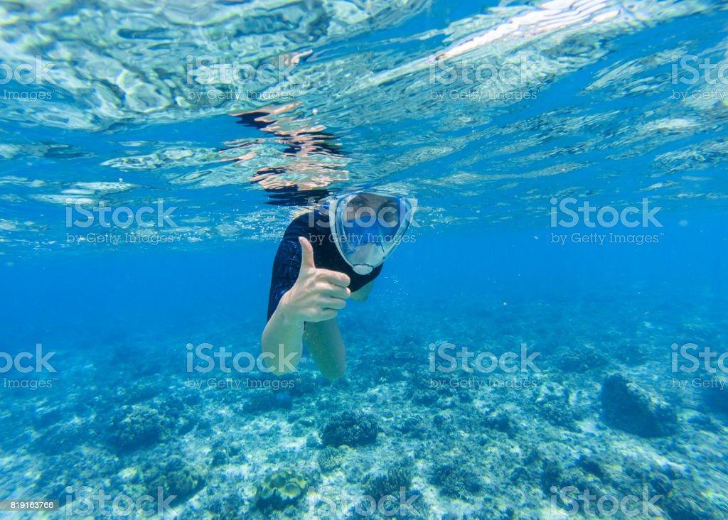6a52c8b00 Foto de Mulher Mergulho Em Água Rasa Do Mar Snorkel Mostra O Polegar ...