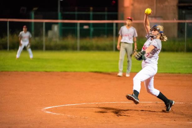 女性ソフトボール ピッチャーがボールを投げる - ソフトボール ストックフォトと画像