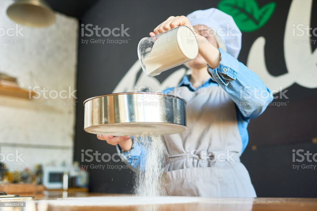 Woman sowing flour - Royalty-free Adult Stock Photo