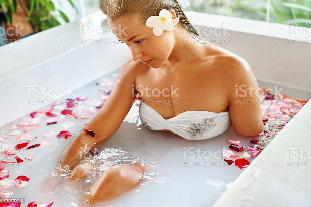 Vasca Da Bagno Rosa : Donna centro benessere bagno di fiori aromaterapia rosa rilassante
