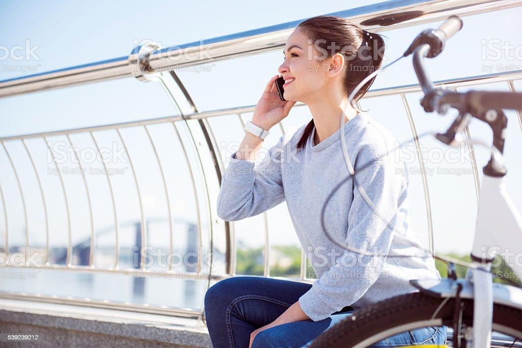 Mulher falando no telefone celular foto royalty-free