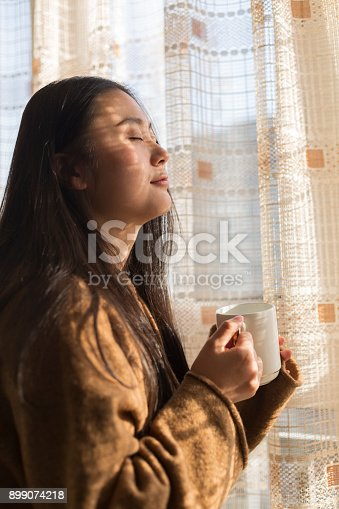 909062786 istock photo woman spending her leisure time in home 899074218