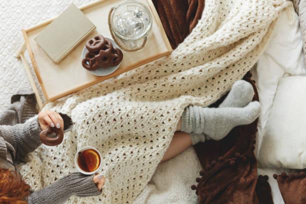 ベッドで夜を過ごす女性 ストックフォト