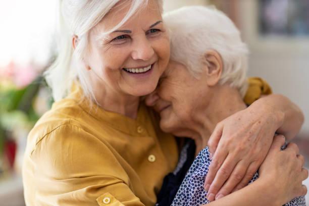 kobieta spędza czas ze swoją starszą matką - dojrzały zdjęcia i obrazy z banku zdjęć