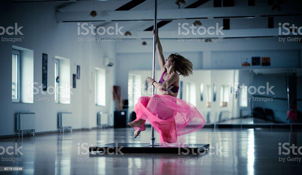 Foto De Woman Spinning On A Pole In A Dance Studio E Mais Fotos De Stock De Adulto Istock