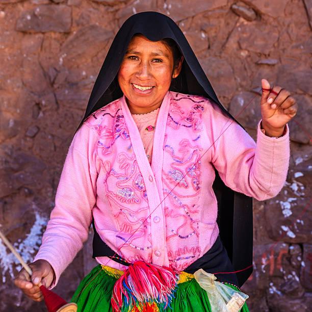 woman スピニングウールにタキーレ島、湖チチカカ,ペルー - タキーレ島 ストックフォトと画像