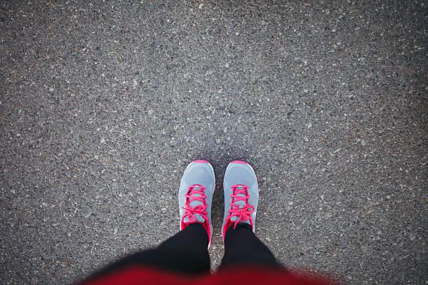 Femme chaussures de sport sur l'asphalte - Photo