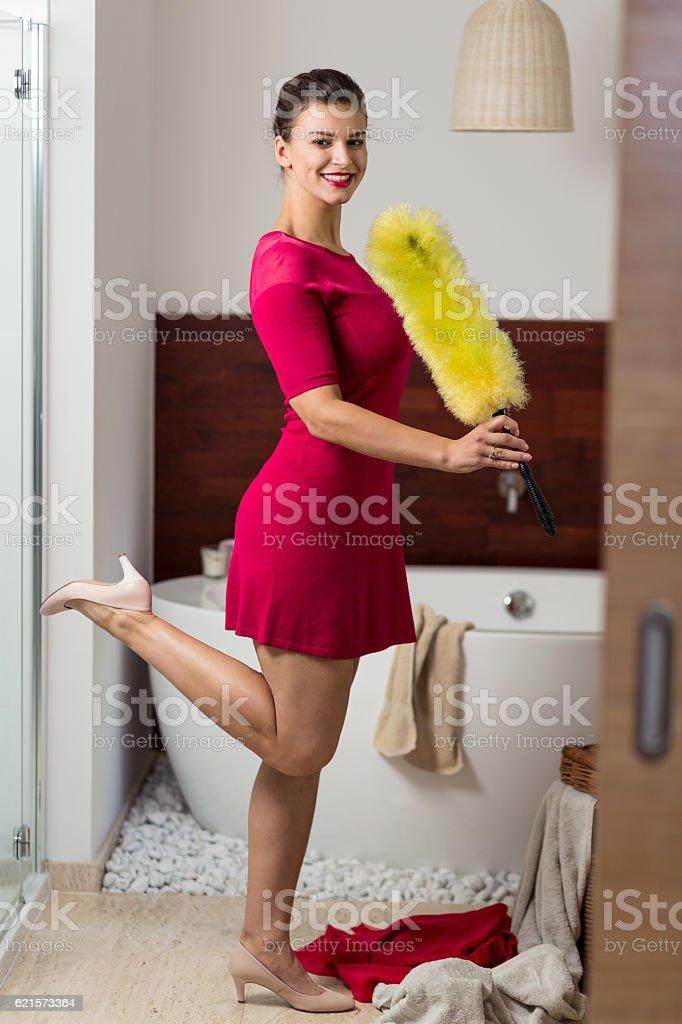 Woman standing in a bathroom photo libre de droits
