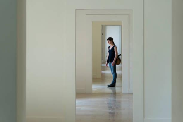 Frau stehend im Türrahmen – Foto