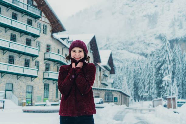 frau stand vor hotel in der nähe von lago di braies im winter - hotel alpenblick stock-fotos und bilder