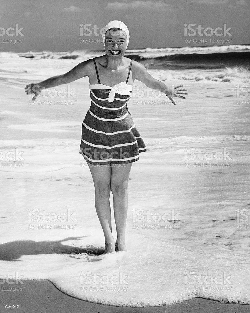 Femme debout en eaux peu profondes de l'océan photo libre de droits