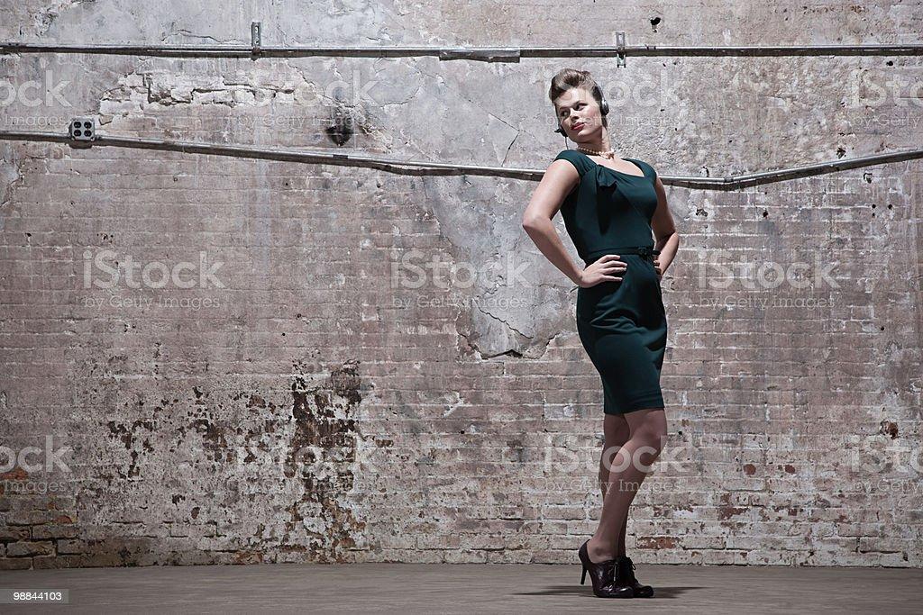 Mulher em pé em armazém foto royalty-free