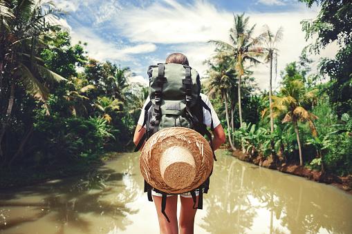 Woman Standing Near Big Tropical River 照片檔及更多 人 照片