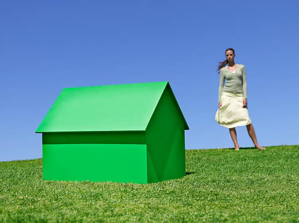 Frau steht in der Nähe von kleinen model house – Foto