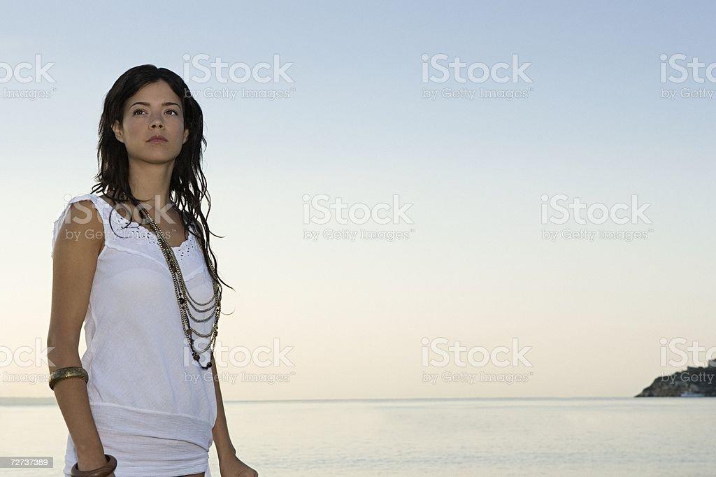 Mulher em pé junto ao mar foto de stock royalty-free
