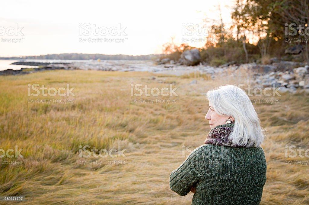 Frau auf Gras in der Nähe von der Küste – Foto