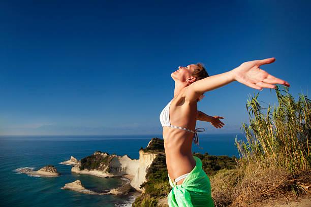 Frau steht auf rock mit Ausgestreckte Arme – Foto