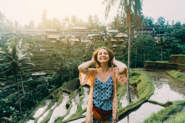 frau stehend auf tegallalang reisfeld in bali, indonesien mit den händen - regenzeit stock-fotos und bilder