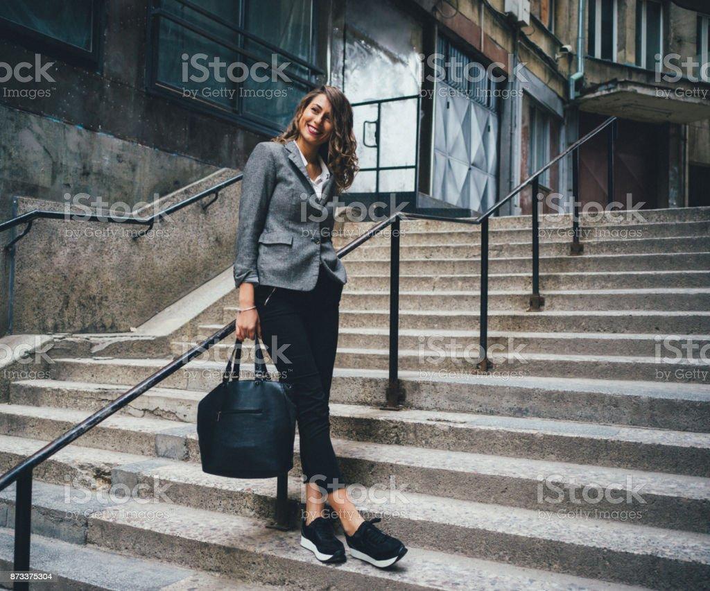 Mulher em pé na escada - foto de acervo
