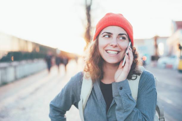Frau auf der Straße mit Handy – Foto
