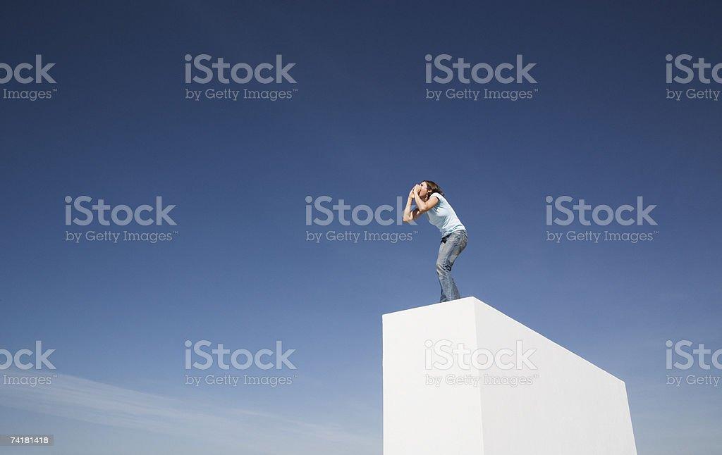 Mulher em pé na parede exterior Gritar foto de stock royalty-free
