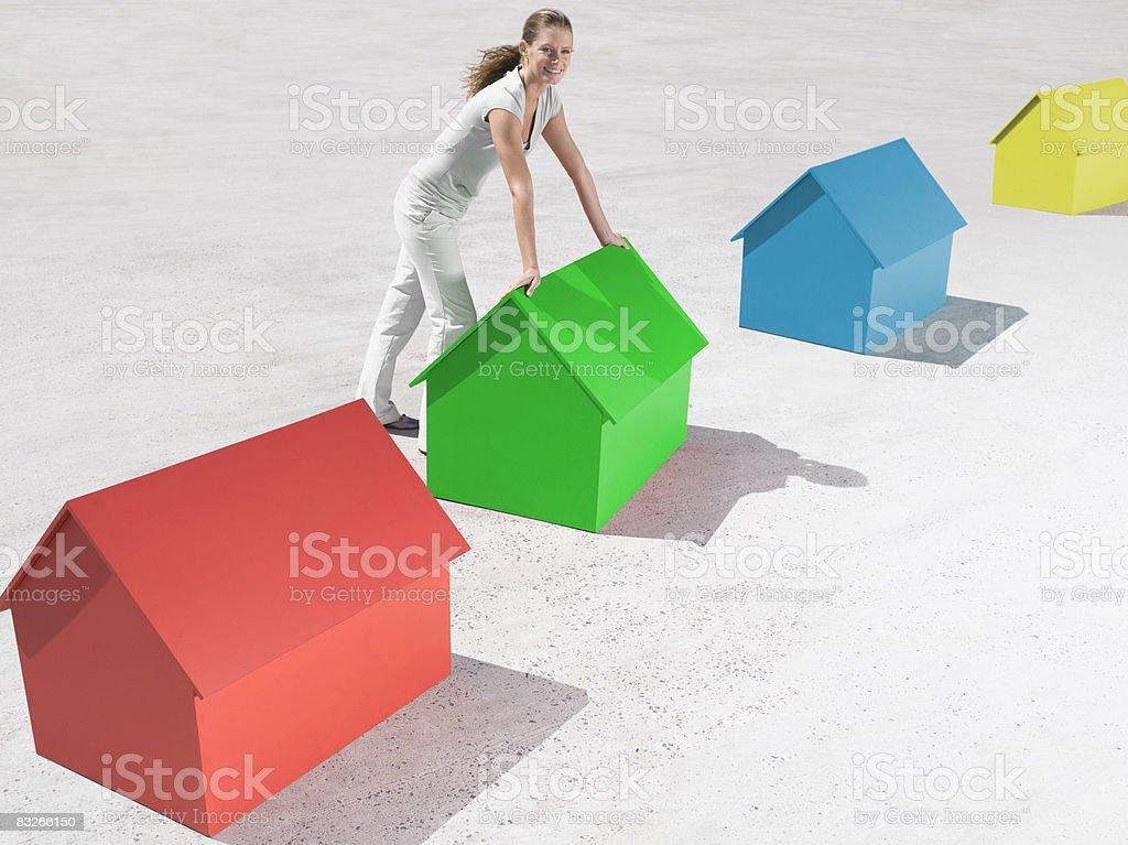 Frau stehend mit kleinen Modell Häuser – Foto