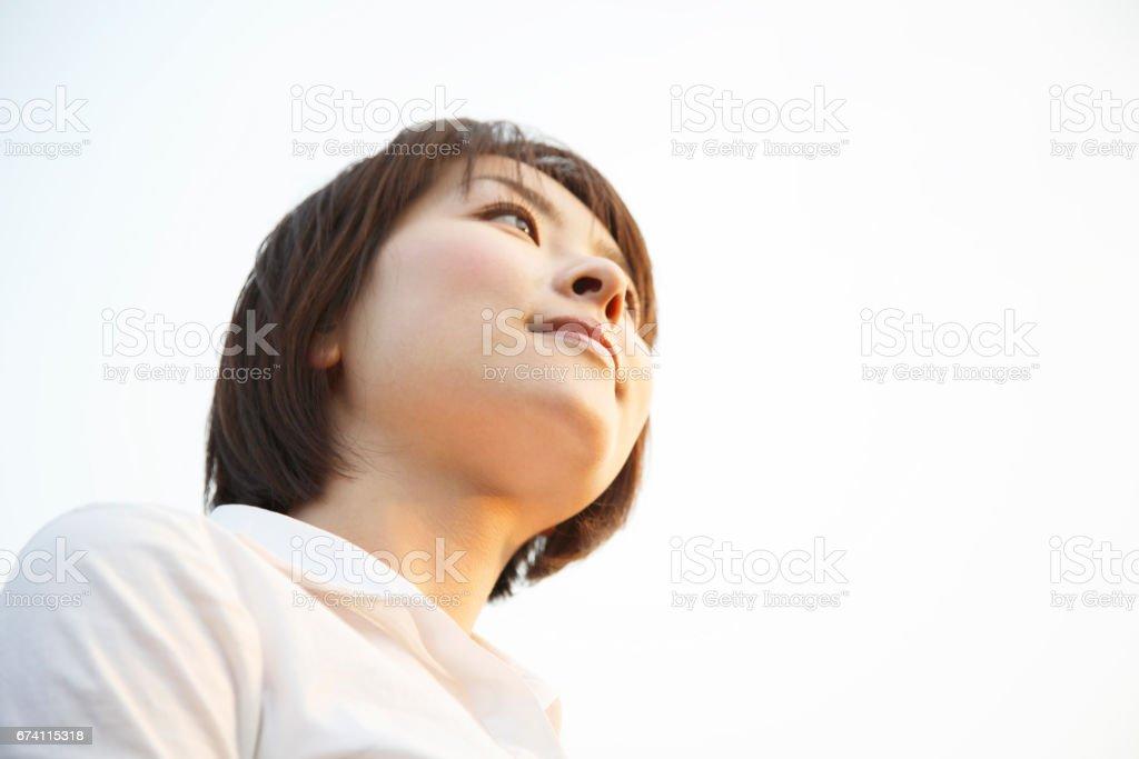 凝視著遠方的女人 免版稅 stock photo