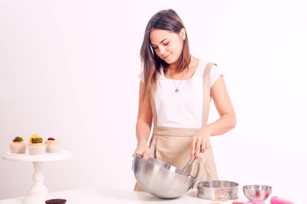 hamur karıştırma kadın stok fotoğrafı