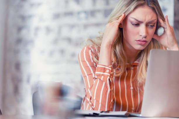 Frau gestresst oder mit Kopfschmerzen besorgt – Foto