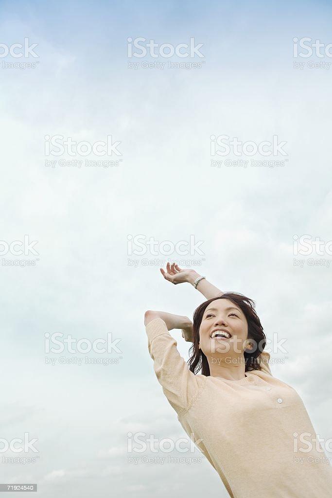 Mulher, esticar contra o céu foto de stock royalty-free