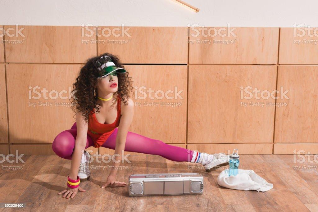 Frau, dehnen vor dem training – Foto