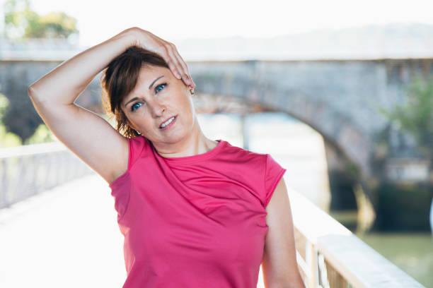 frau nacken dehnen - hals übungen stock-fotos und bilder