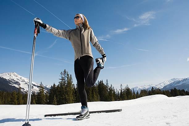 Frau Dehnen mit ski-Stöcke – Foto