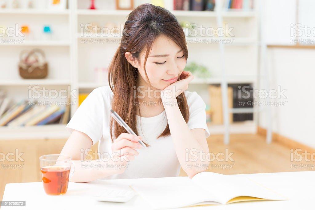 Mujer estudiando - foto de stock