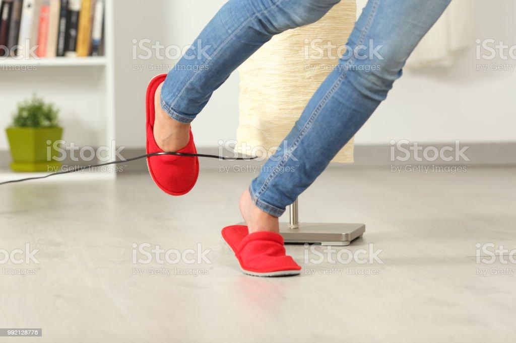 Kadın bir elektrik kablosu ile evde güçlük - Royalty-free 13 - 19 Yaş arası Stok görsel