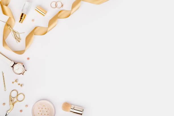 frau-stilvolle mode-accessoires in gold farbe auf weißem hintergrund mit textfreiraum für text. schönheit, mode, schmuck und shopping-konzept. trendige wohnung lag zusammensetzung, ansicht von oben - hochzeitsbox stock-fotos und bilder