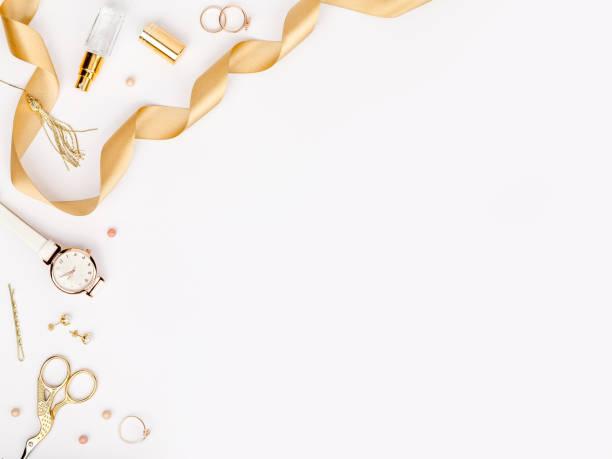 여자 복사 공간 텍스트와 흰색 배경에 골드 컬러로 세련 된 패션 액세서리. 뷰티, 패션, 보석 및 쇼핑 개념 최신 유행 플랫 누워 구성, 평면도 - 보석 개인 장식품 뉴스 사진 이미지